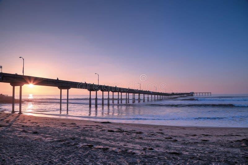 Solnedgång över havstrandpir nära San Diego, Kalifornien royaltyfri bild