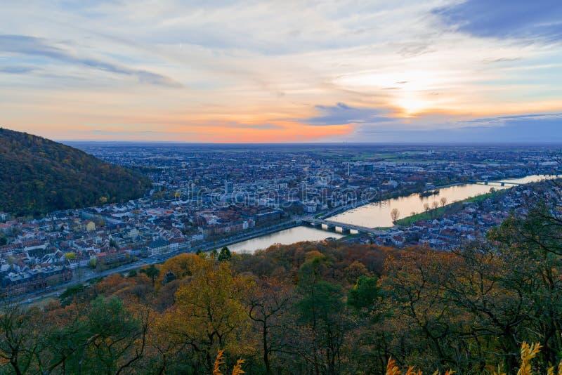Solnedgång över Heidelberg, Tyskland - en höstlig cityscape royaltyfri fotografi