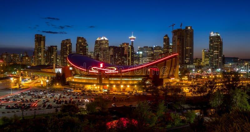 Solnedgång över i stadens centrum Calgary och Saddledome arkivbilder