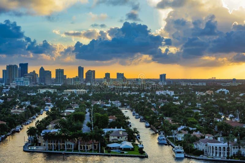 Solnedgång över i stadens centrum Fort Lauderdale arkivbilder