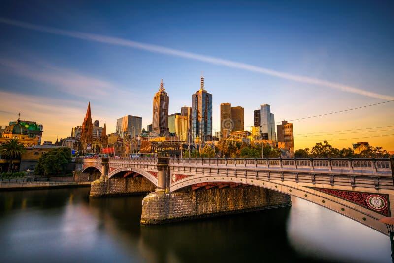 Solnedgång över i stadens centrum horisont av Melbourne, prinsessan Bridge och den Yarra floden royaltyfria bilder