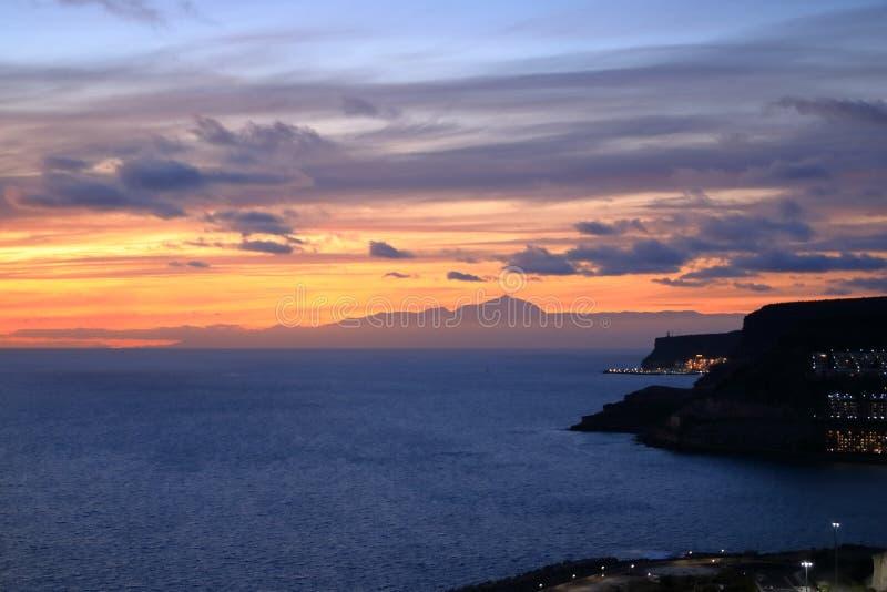 Solnedgång över kanariefågelöar, sikt från Gran Canaria till Tenerife, vulkan för El Teide, Spanien arkivfoton