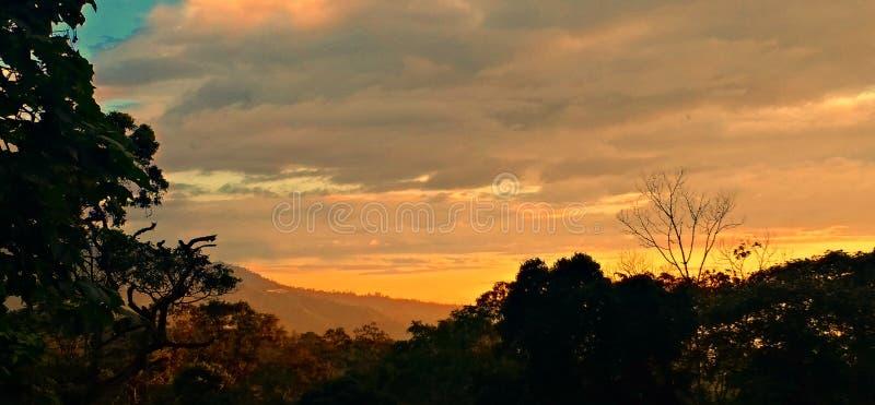 Solnedgång över kanten arkivfoton