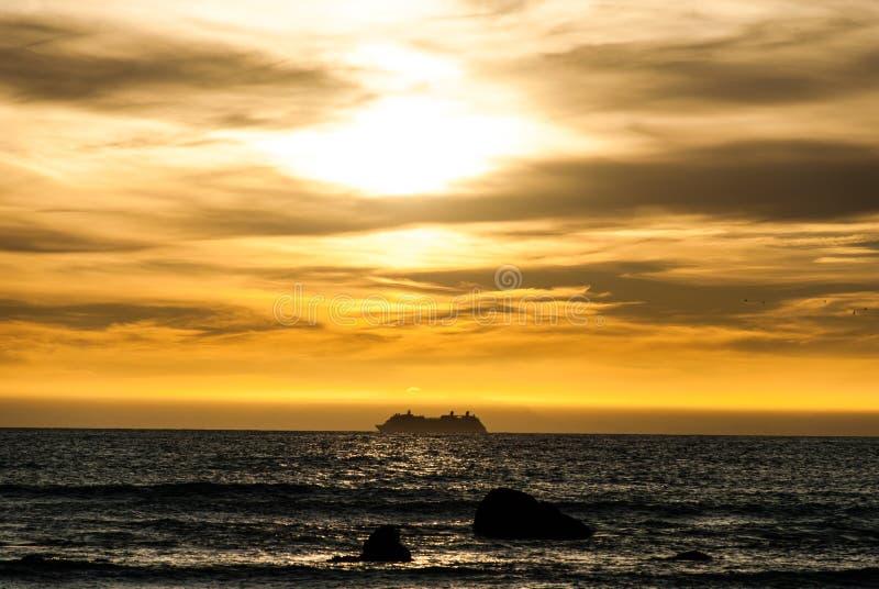 Solnedgång över kocks kanal arkivfoton