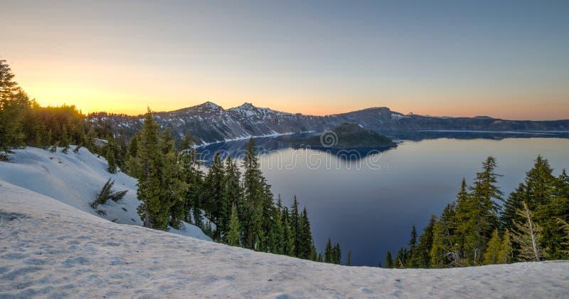 Solnedgång över krater sjön arkivfoton