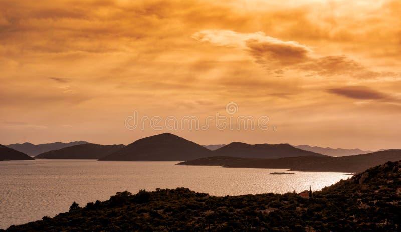 Solnedgång över kroatiska öar royaltyfri bild