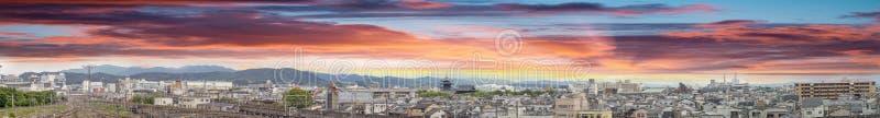 Solnedgång över Kyoto, Japan Flyg- panorama- stadssikt royaltyfria foton