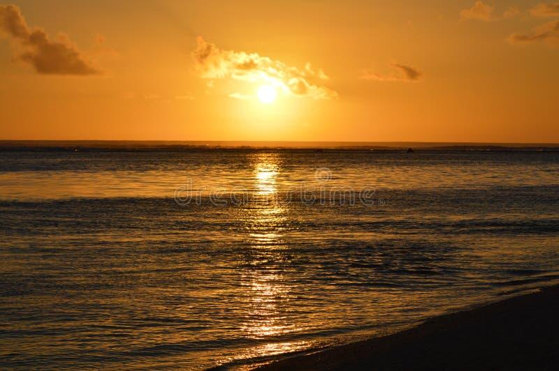Solnedgång över lagun fotografering för bildbyråer