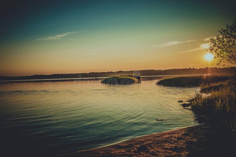 Solnedgång över laken royaltyfri bild