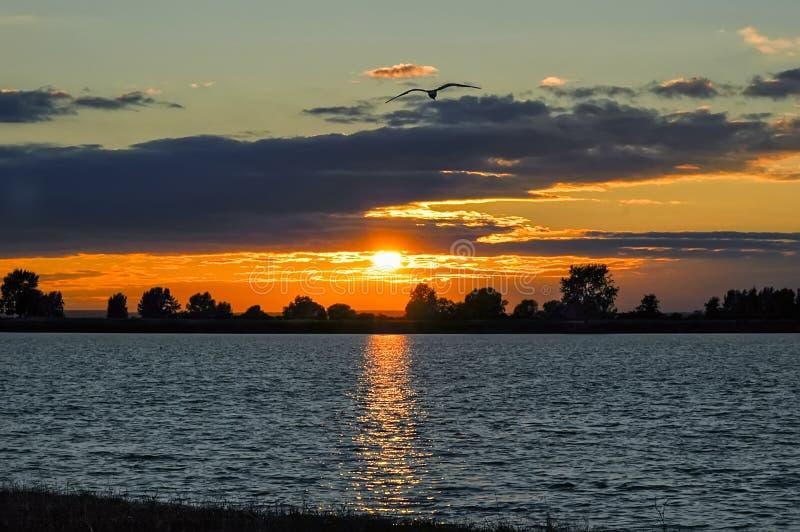 Solnedgång över laken royaltyfri foto