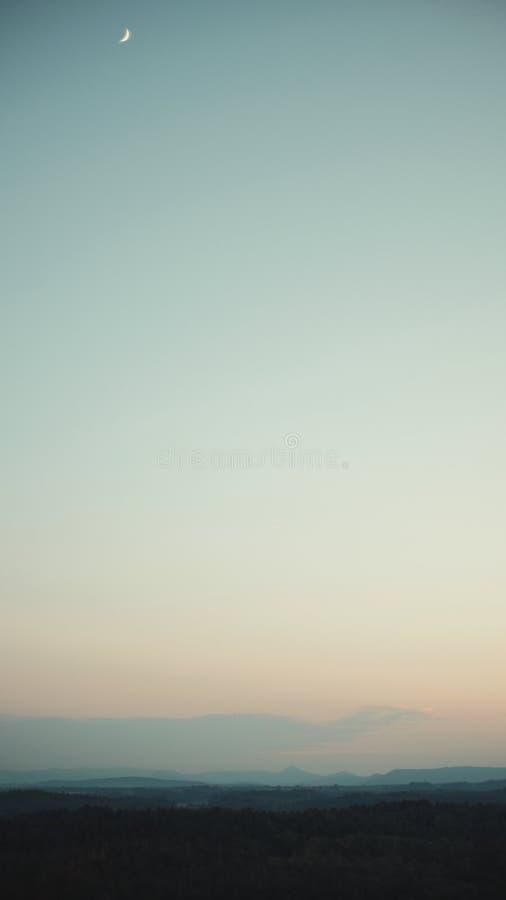 Solnedgång över landskapet av ceskolipskoen royaltyfri fotografi