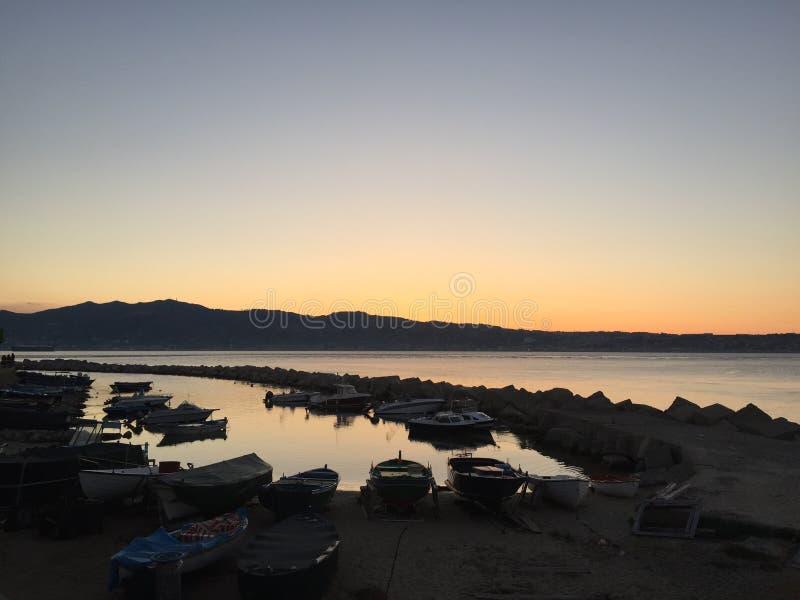 Solnedgång över liten hamn royaltyfria bilder