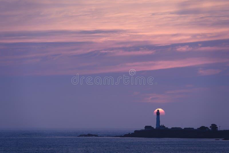 Solnedgång över ljust hus för duvapunkt arkivbild