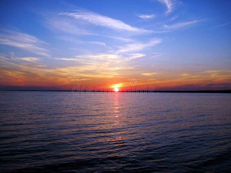 Solnedgång över Long Island Sound på den Hammonasset stranddelstatsparken royaltyfri fotografi