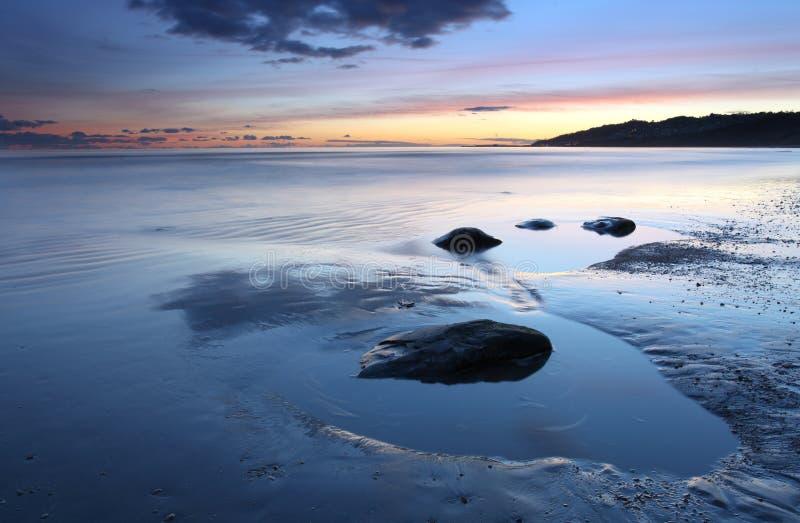 Solnedgång över Lyme Regis royaltyfri bild