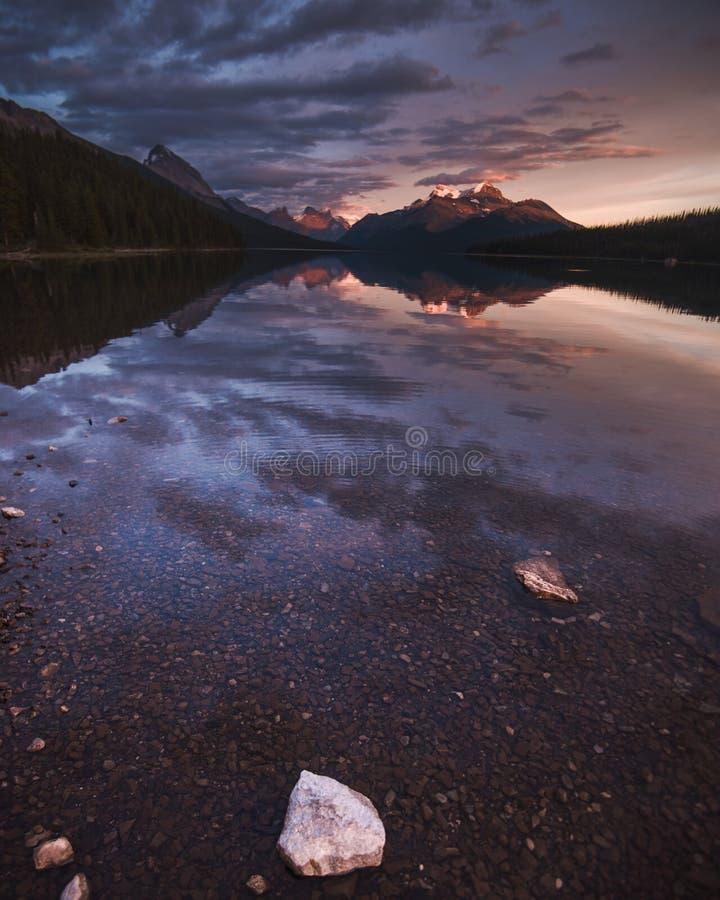 Solnedgång över Maligne sjön i jaspisen, Alberta fotografering för bildbyråer
