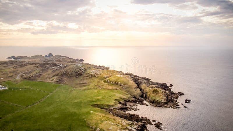 Solnedgång över Malin Head - den mest nordliga punkten av Irland royaltyfria foton