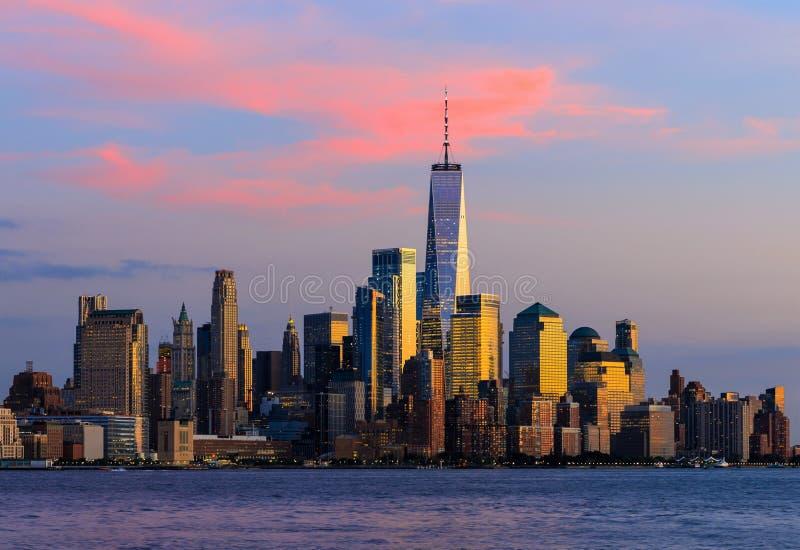 Solnedgång över Manhattan, New York City, USA fotografering för bildbyråer