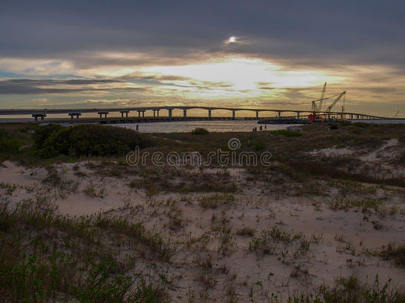 Solnedgång över Marc Basnight Bridge till den Hatteras ön royaltyfri foto