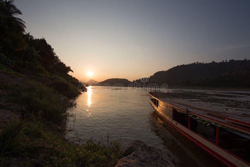 Solnedgång över Mekong River på Luang Prabang, Laos royaltyfri foto