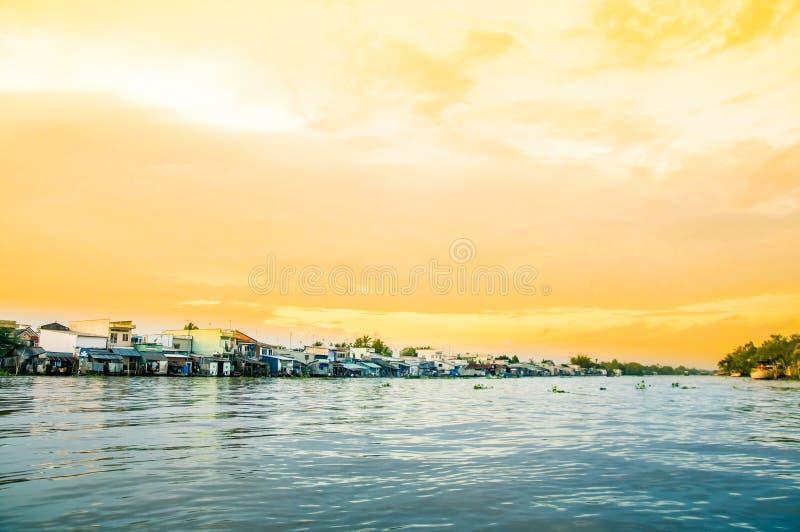 Solnedgång över Mekong River vid Can Tho i Vietnam royaltyfri fotografi