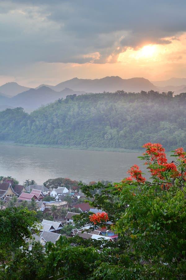 Solnedgång över Mekonget River Montering Phousi Luang Prabang laos royaltyfri bild