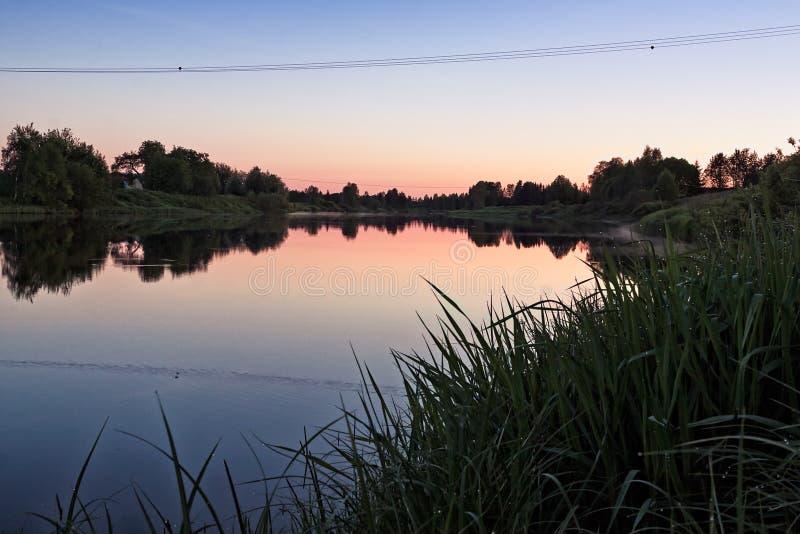 Solnedgång över Misty River fotografering för bildbyråer
