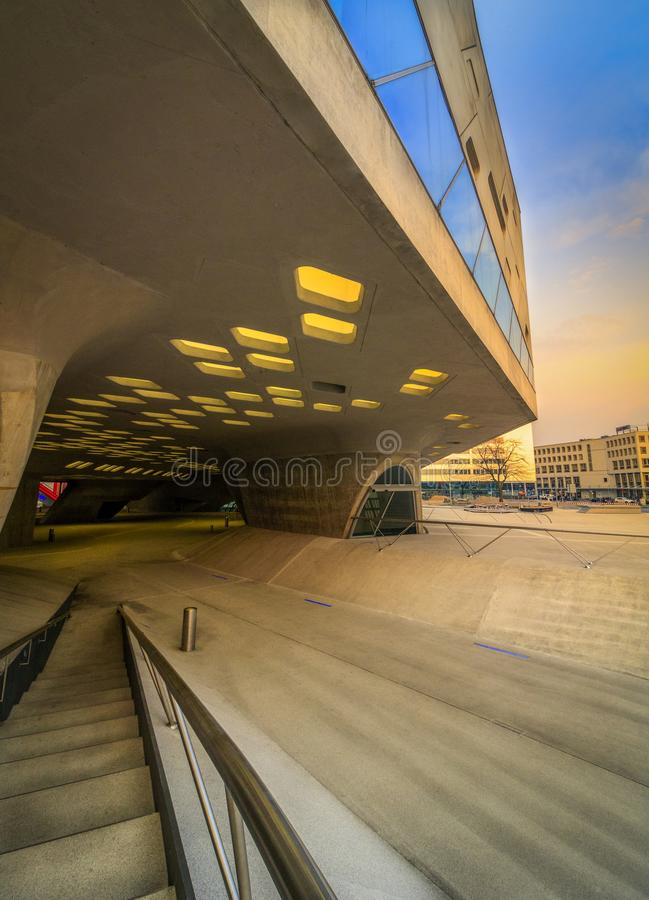 Solnedgång över modern vriden arkitektur från betong royaltyfri bild