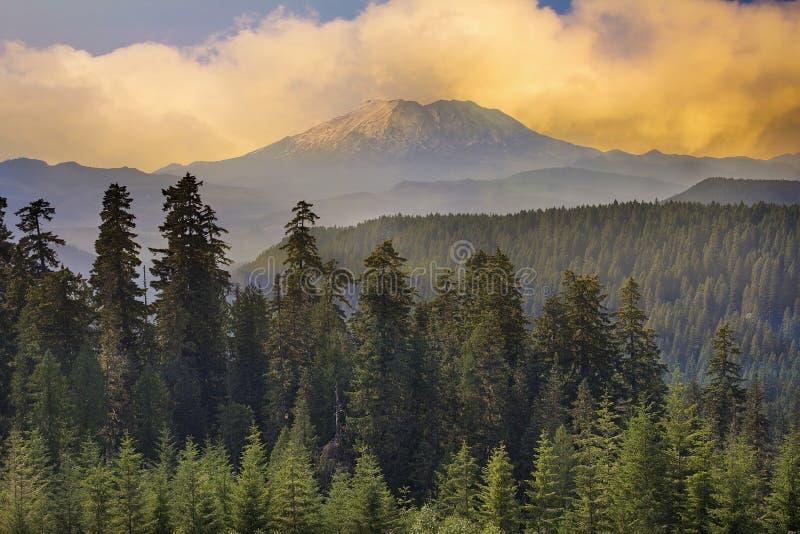 Solnedgång över Mount Saint Helens royaltyfria bilder