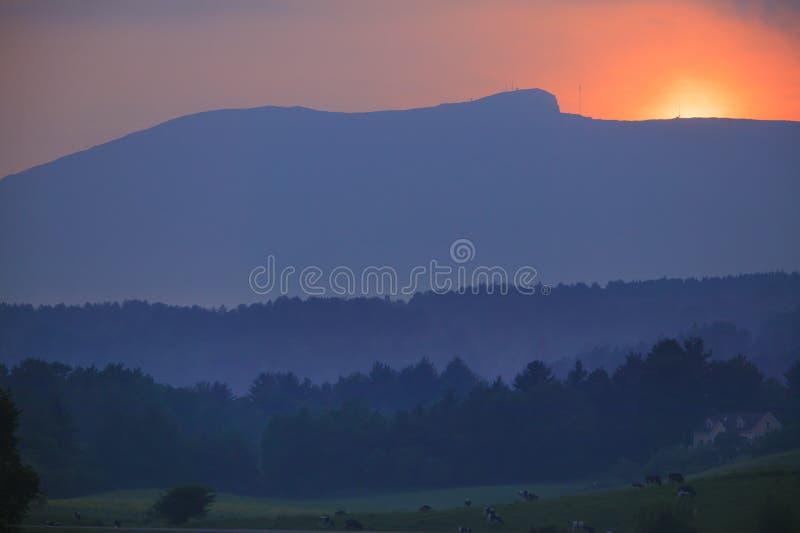 Solnedgång över Mt. Mansfield i Stowe Vermont royaltyfri foto