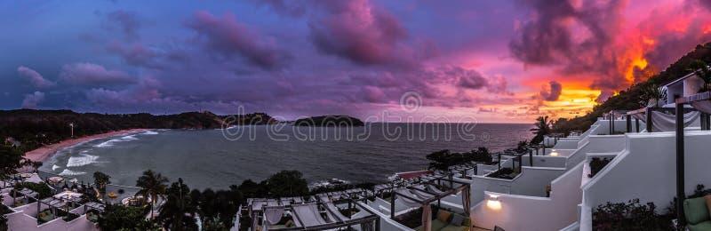 Solnedgång över Nai Harn Resort - Phuketen arkivfoto