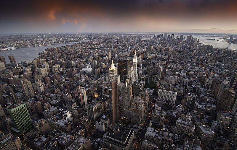Solnedgång över New York City skyskrapor arkivbild