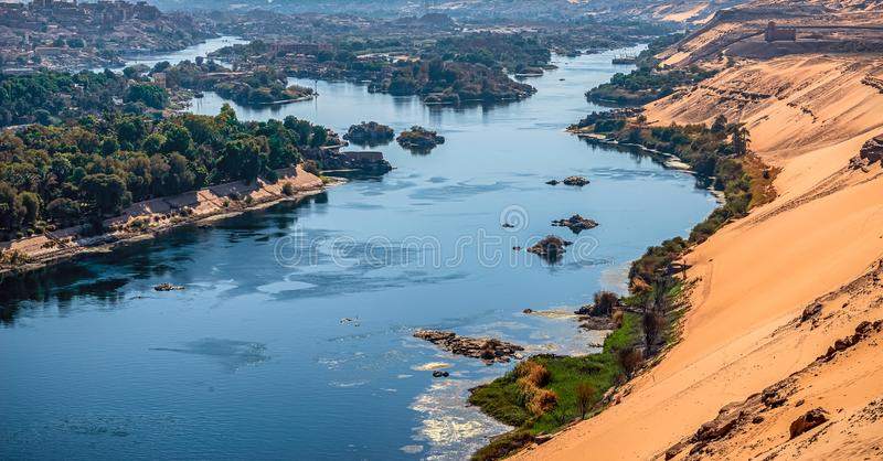 Solnedgång över Nile River i staden av Aswan royaltyfri foto