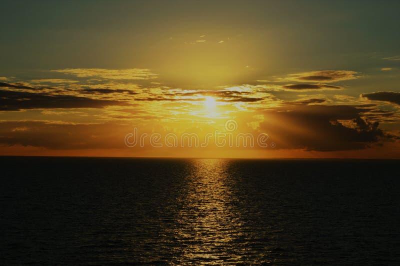 Solnedgång över norrhavet arkivfoto