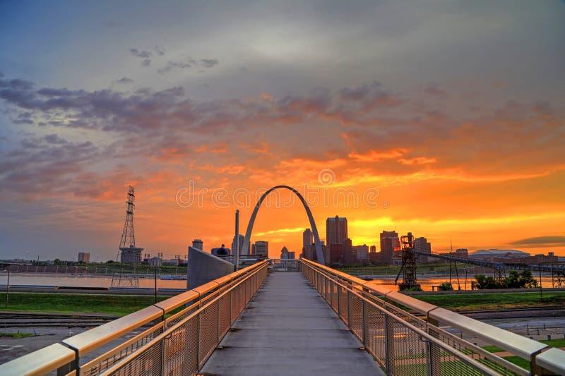 Solnedgång över nyckelbågen i St Louis arkivbild