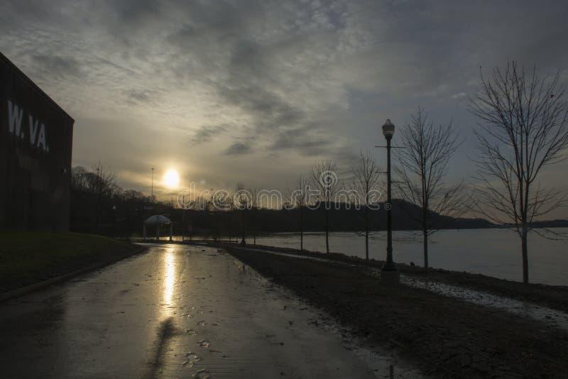 Solnedgång över Ohioet River royaltyfri foto