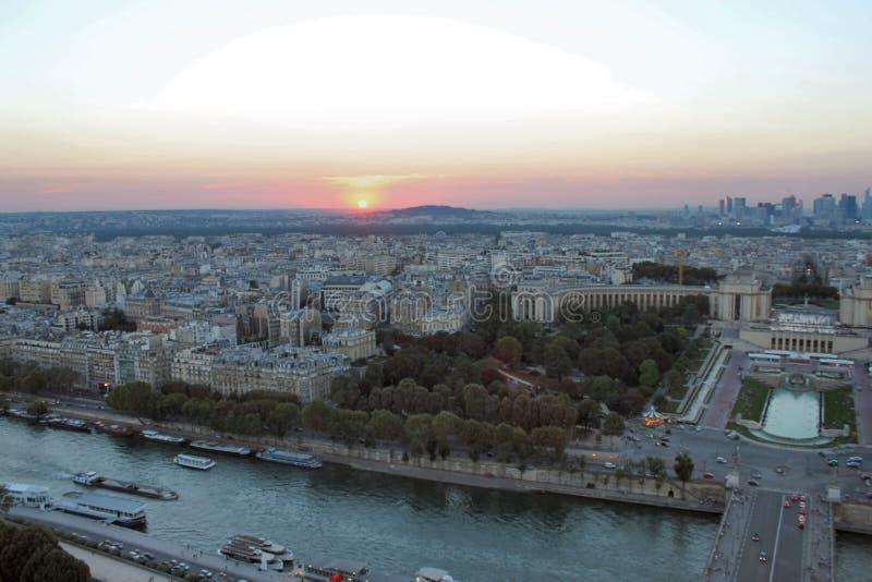 Solnedgång över Paris, floden Seine och Ile de France royaltyfria foton