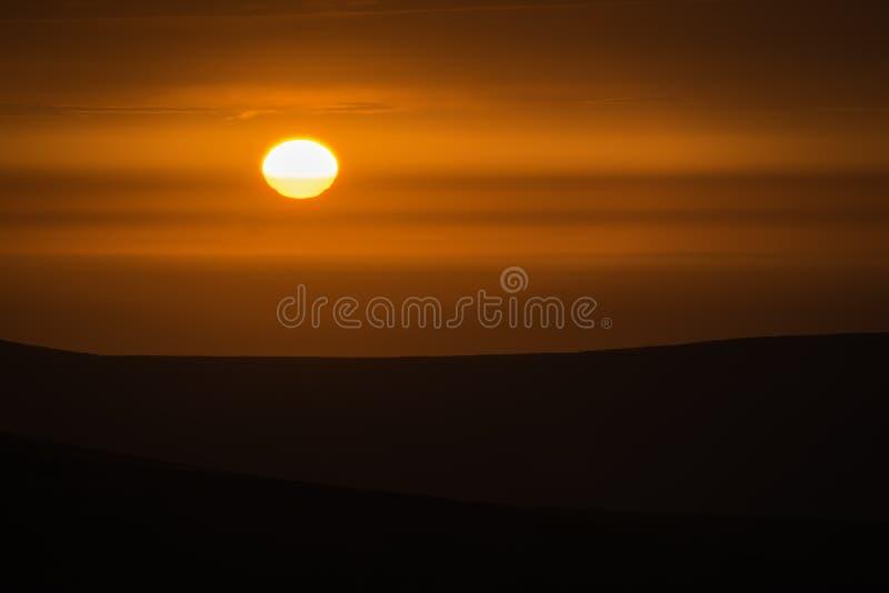 Solnedgång över Pembrokeshire heder på sommarafton Röd himmel och hi royaltyfria foton