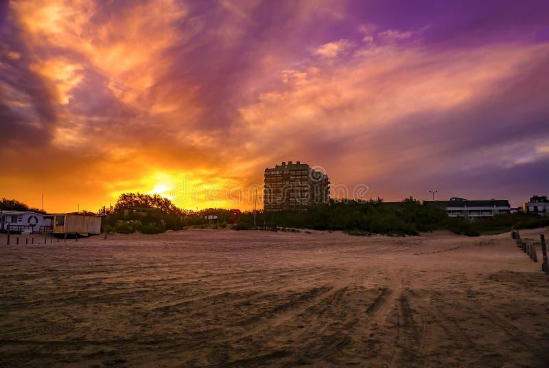 Solnedgång över Pinamar Beach i Argentina royaltyfria bilder