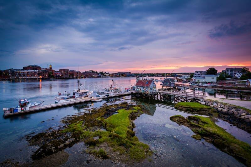 Solnedgång över pir i den Piscataqua floden, i Portsmouth, nya mummel royaltyfri foto
