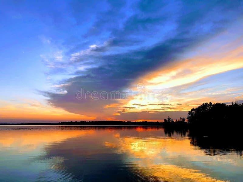 Solnedgång över Pymatuning sjön i den Pymatuning delstatsparken Pennsylvania royaltyfri bild