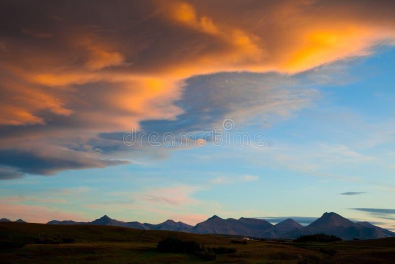 Solnedgång över ranchland i sydliga Alberta, Kanada arkivbilder