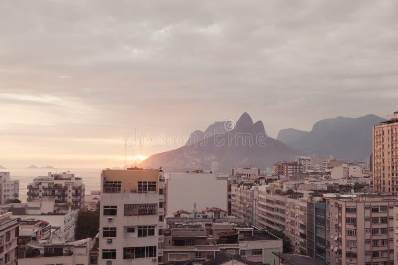 Solnedgång över Rio De Janeiro royaltyfri bild
