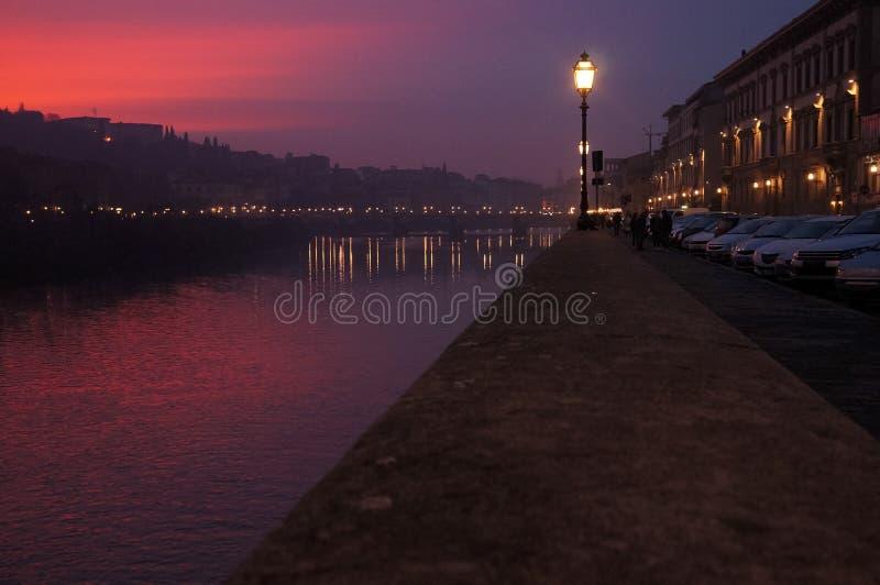 Solnedgång över River Arno i Florence arkivbild