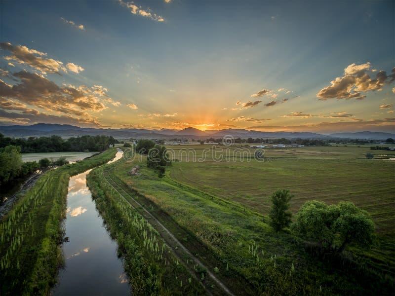 Solnedgång över Rocky Mountains och utlöpare arkivfoton