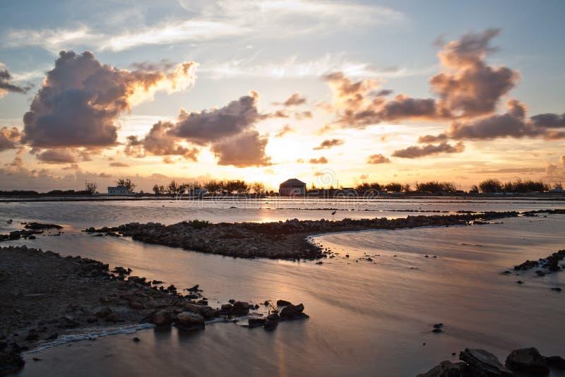 Solnedgång över salta lägenheter arkivbild