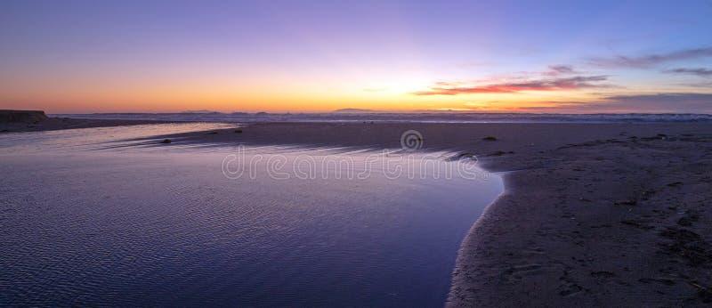 Solnedgång över Santa Clara River tidvattens- utflöde till Stilla havet på den McGrath delstatsparken på den Kalifornien kusten p royaltyfri foto