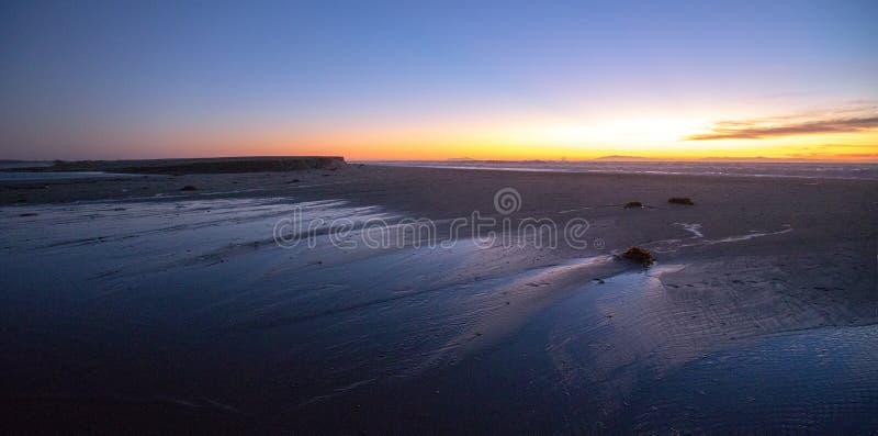 Solnedgång över Santa Clara River tidvattens- utflöde till Stilla havet på den McGrath delstatsparken på den Kalifornien kusten p arkivbild