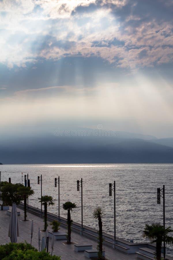 Solnedgång över sjögardaen, Italien arkivfoto