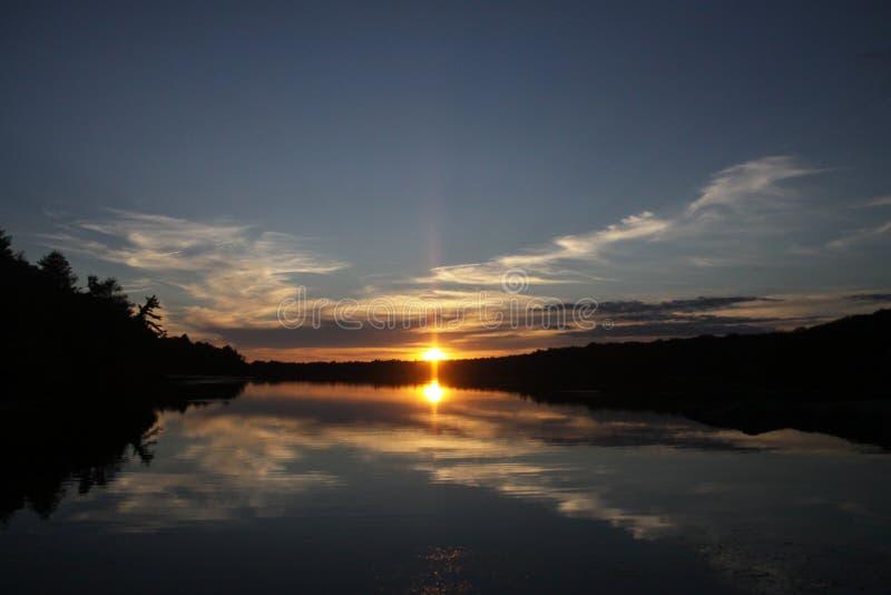 Solnedgång över sjön i New England royaltyfri fotografi